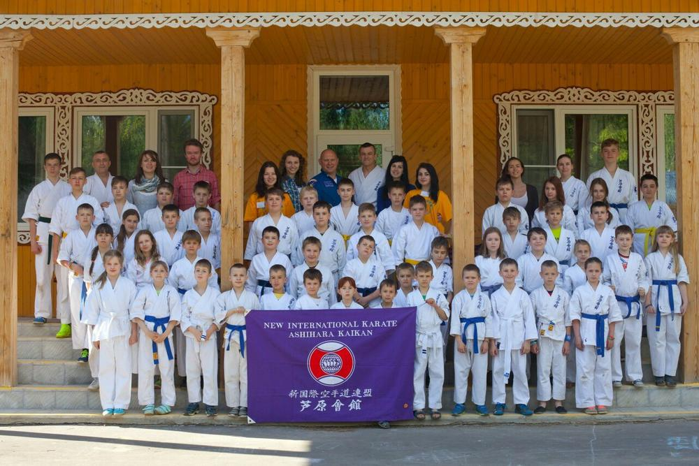 каратисты в детском лагере