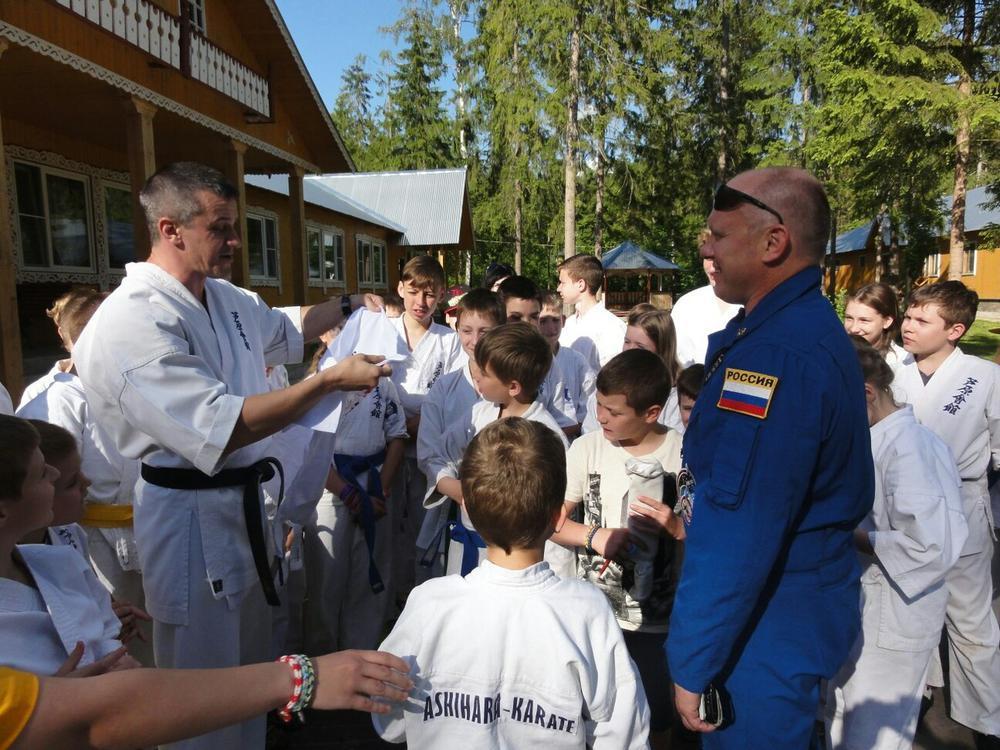 Космонавта наградили каратисты