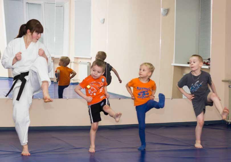 Групповые занятия: детский танец, рисование, пение.